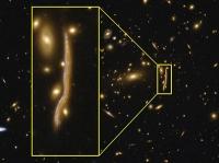 Kosmische Schlange lässt die Struktur von fernen Galaxien erkennen