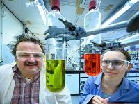 Chemischer Jonglage-Akt mit drei Teilchen