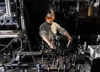 Erstmals entschlüsselt: Wie Licht chemische Reaktionen in Gang hält